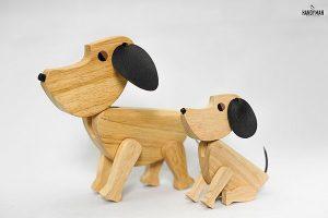 Bộ chó Julio gồm chó Julio bố và chó Julio con được làm bằng gỗ cao su.